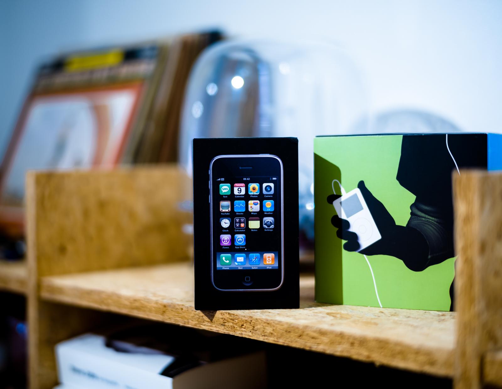 Oude iPhone op een kast