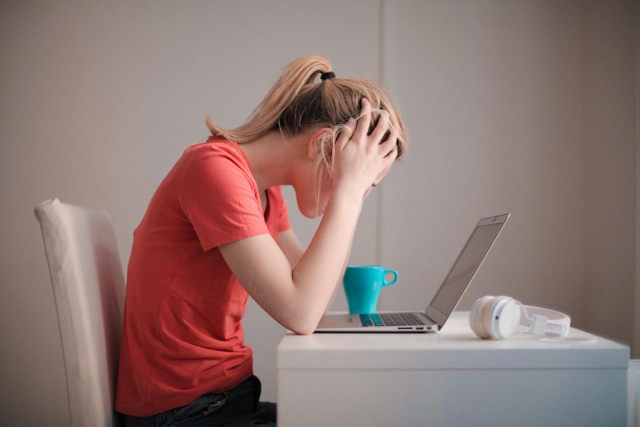 Dame die achter haar MacBook zit en vergeten is een bestand op te slaan