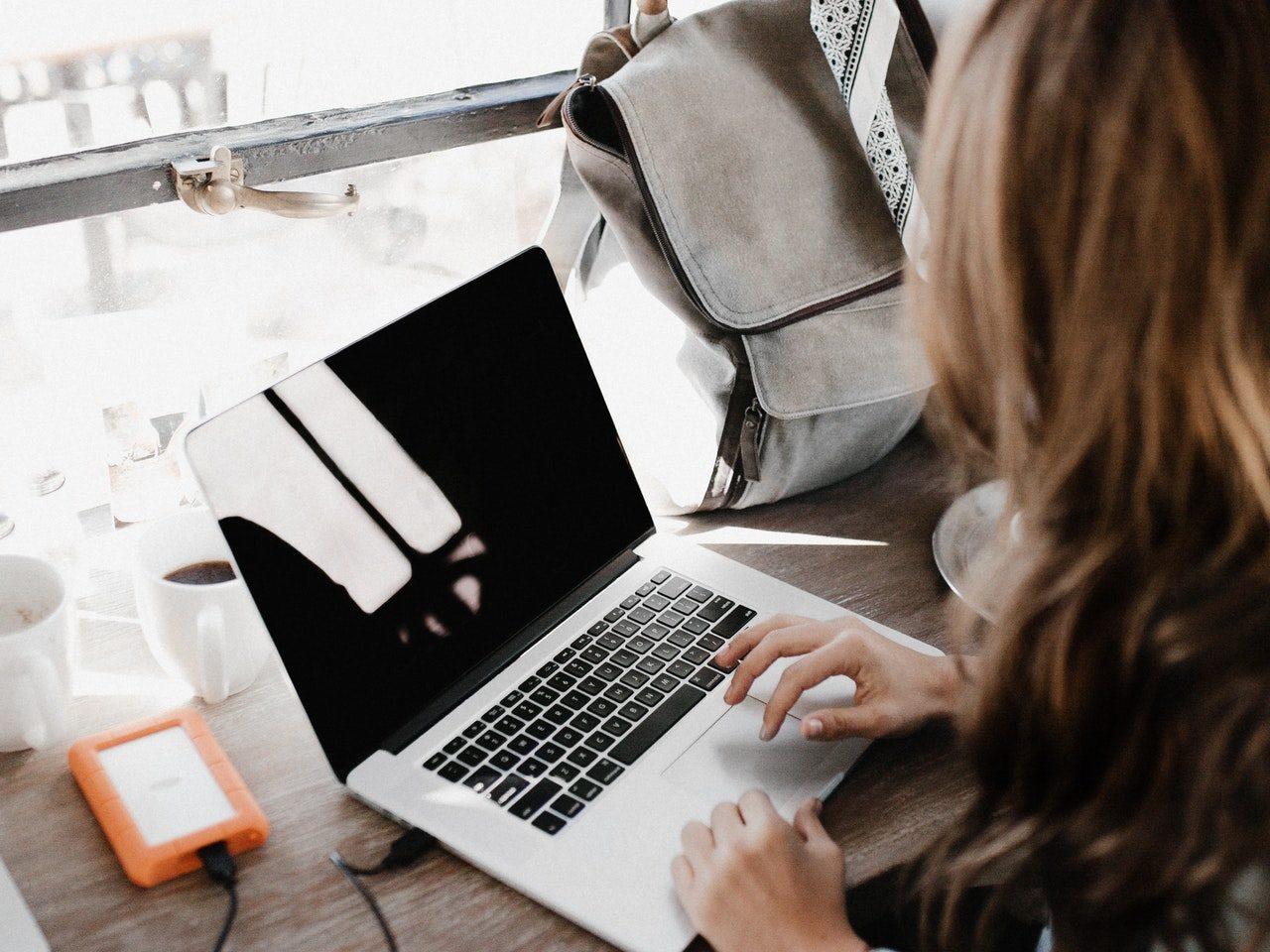 Vrouw die een back-up op haar Mac maakt