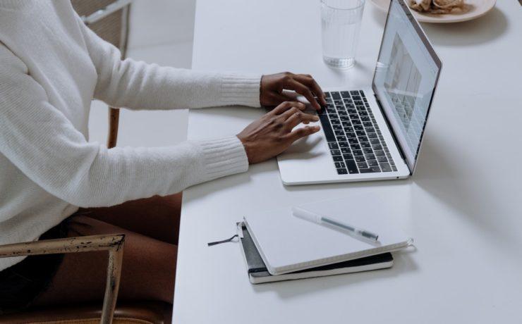 Vrouw die werkt op MacBook zonder oplader